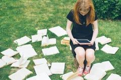 Mujer que aprende con el lector y el libro del ebook Opción entre la tecnología educativa moderna y el método tradicional de la m Imagen de archivo