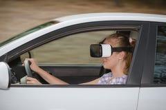 Mujer que aprende conducir con los vidrios de la realidad virtual fotos de archivo libres de regalías