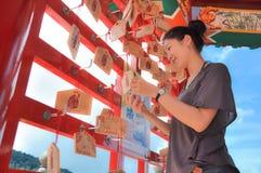 Mujer que apuesta en templo Imágenes de archivo libres de regalías