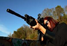 Mujer que apunta el arma del asalto Foto de archivo libre de regalías