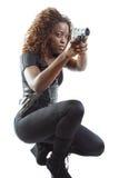 Mujer que apunta un arma imagen de archivo libre de regalías