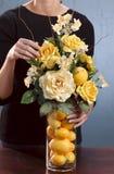 Mujer que arregla las flores Fotos de archivo libres de regalías