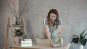 Mujer que arregla las herramientas para crear el arreglo comestible metrajes