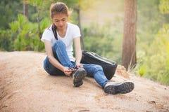 Mujer que ata los cordones de zapato, primer del turista femenino que consigue listo fotos de archivo