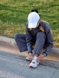 Mujer que ata los zapatos Foto de archivo