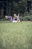 Mujer que ayuda alguien con la bola entre las piernas Foto de archivo libre de regalías