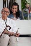 Mujer que ayuda a una señora mayor Fotografía de archivo libre de regalías