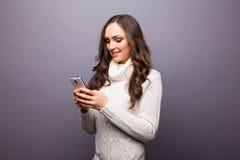Mujer que baila a la música que escucha el teléfono con los auriculares Imagenes de archivo
