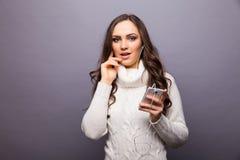 Mujer que baila a la música que escucha el teléfono con los auriculares Foto de archivo libre de regalías