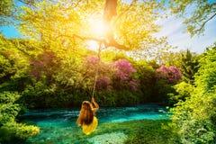 Mujer que balancea en el río Foto de archivo