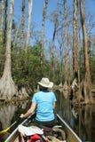Mujer que bate una canoa - pantano de Okefenokee Foto de archivo