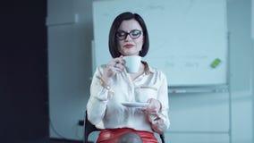Mujer que bebe de la taza almacen de metraje de vídeo