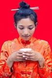 Mujer que bebe de una taza imagen de archivo