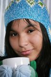 Mujer que bebe el chocolate caliente Fotos de archivo libres de regalías