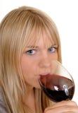 Mujer que bebe el vino rojo Fotografía de archivo libre de regalías