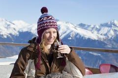 Mujer que bebe el vino rojo Fotos de archivo libres de regalías