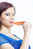 Mujer que bebe el vino rosado Foto de archivo
