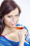 Mujer que bebe el vino rosado Imagen de archivo libre de regalías