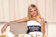Mujer que bebe el zumo de naranja Imagenes de archivo