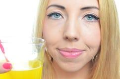 Mujer que bebe el zumo de naranja Foto de archivo