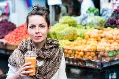 Mujer que bebe el zumo de naranja Fotos de archivo libres de regalías