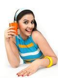 mujer que bebe el zumo de naranja Fotografía de archivo libre de regalías