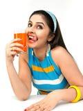 Mujer que bebe el zumo de naranja Imágenes de archivo libres de regalías