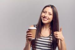 Mujer que bebe la bebida caliente de la taza de papel disponible Imagenes de archivo