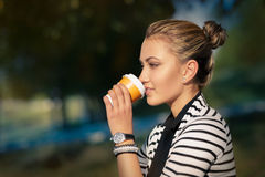 Mujer que bebe la bebida caliente que disfruta de la naturaleza Imagen de archivo libre de regalías