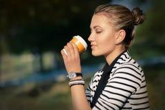 Mujer que bebe la bebida caliente que disfruta de la naturaleza Foto de archivo libre de regalías