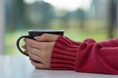 Mujer que bebe té caliente Fotos de archivo libres de regalías