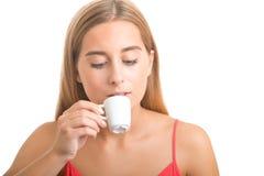 Mujer que bebe un café express Fotos de archivo libres de regalías