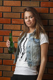 Mujer que bebe una cerveza Imagenes de archivo