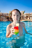 Mujer que bebe una ensalada de fruta Imagen de archivo