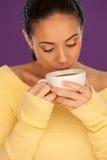 Mujer que bebe una taza de café foto de archivo libre de regalías