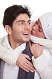 Mujer que besa al hombre en invierno imagen de archivo