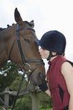 Mujer que besa el caballo Foto de archivo