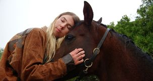 Mujer que besa el caballo en la cerca de madera en el rancho 4k metrajes