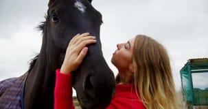 Mujer que besa el caballo en el rancho 4k almacen de metraje de vídeo