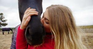 Mujer que besa el caballo en el rancho 4k metrajes