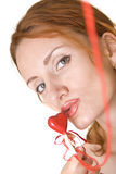 Mujer que besa el corazón rojo Foto de archivo