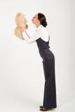 Mujer que besa el oso suave del juguete foto de archivo