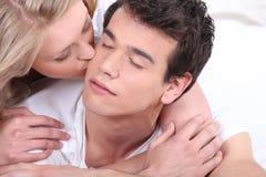 Mujer que besa a su novio Imagen de archivo