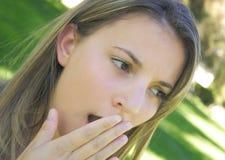 Mujer que bosteza imagen de archivo libre de regalías