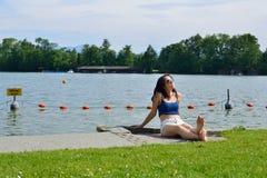Mujer que broncea en el lago Imagen de archivo libre de regalías