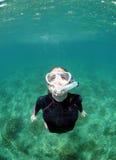 Mujer que bucea bajo el agua en el océano Fotos de archivo