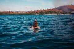 Mujer que bucea cerca de la isla tropical Foto de archivo libre de regalías