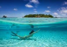 Mujer que bucea debajo del agua tropical en los Maldivas fotos de archivo libres de regalías
