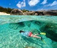 Mujer que bucea en agua tropical Fotos de archivo libres de regalías