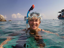 Mujer que bucea en el mar Foto de archivo libre de regalías